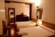 Habitacion con dos camas, baño y television.