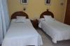 Habitaci�n con dos camas individuales,con ba�o privado, televisi�n y sistema de aire acondicionado frio/calor
