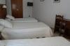 Habitaci�n con tres camas individuales, televisi�n de pantalla plana, aire acondicionado frio/calor y ba�o privado
