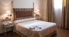 Habitaci�n con cama matrimonial, jacuzzi, televisi�n, tel�fono, conexi�n wifi internet, calefacci�n y aire acondicionado, ba�o y amenities.